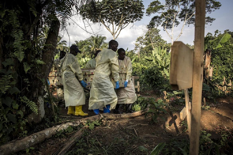 15 juillet 2019, Beni. Du personnel de santé porte le cercueil d'une des victimes d'Ebola.