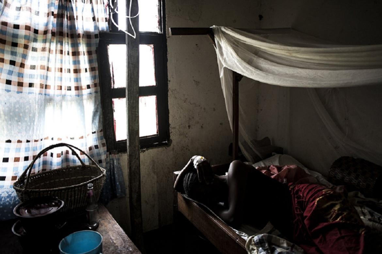 17 juin 2019, village d'Aloya. La jeune Desange attend son diagnostic et une éventuelle décision de transfert vers un centre médical spécialisé dans le traitement des patients Ebola.