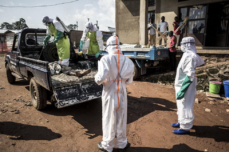 15 juillet 2019, Beni. Du personnel médical désinfecte le corps d'un voleur tué par l'armée la nuit précédente.