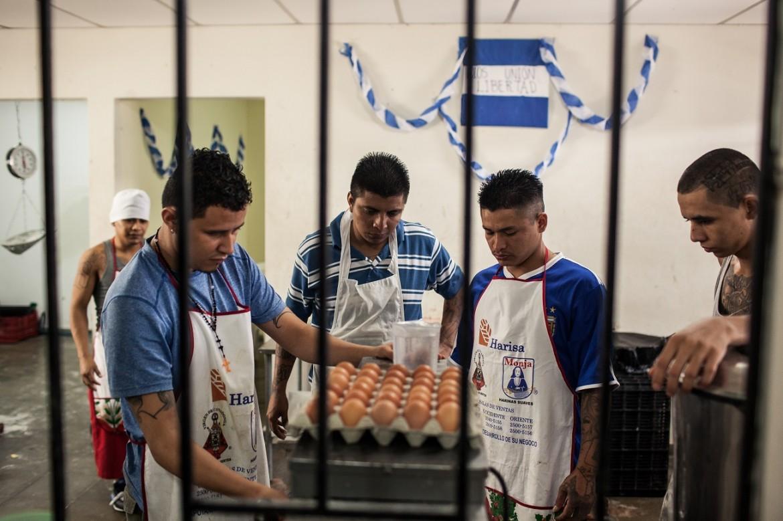 Detenidos trabajando en la panadería del Centro Penal de Cojutepeque.