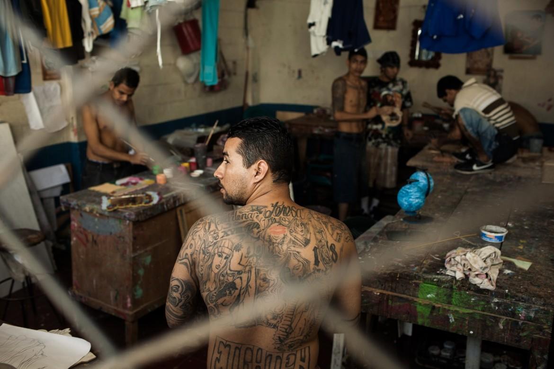 Detenidos trabajando en el taller de artesanías del Centro Penal de Cojutepeque
