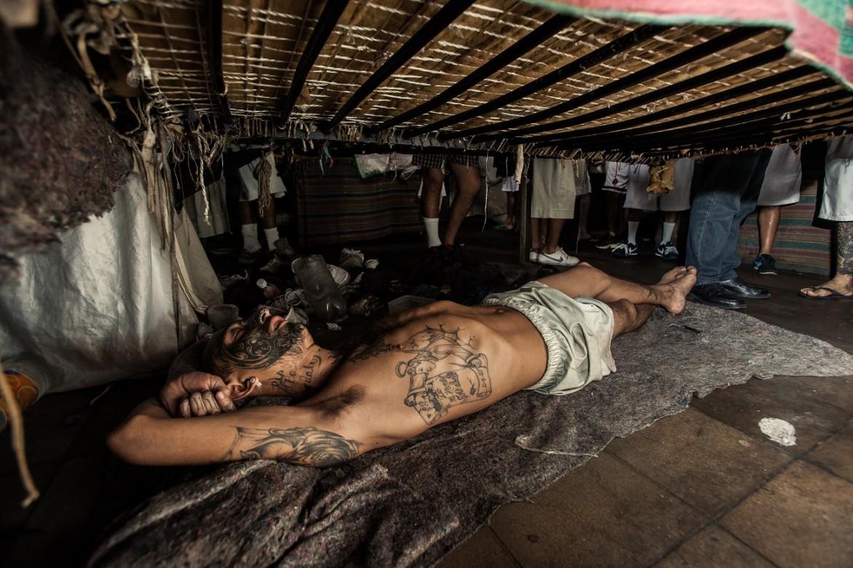 Detenido descansando en su cama en el Centro Penal de La Esperanza – Mariona.