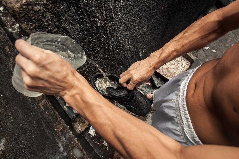 Detenido filtrando agua en su zapato en el Centro Penal de La Esperanza – Mariona.