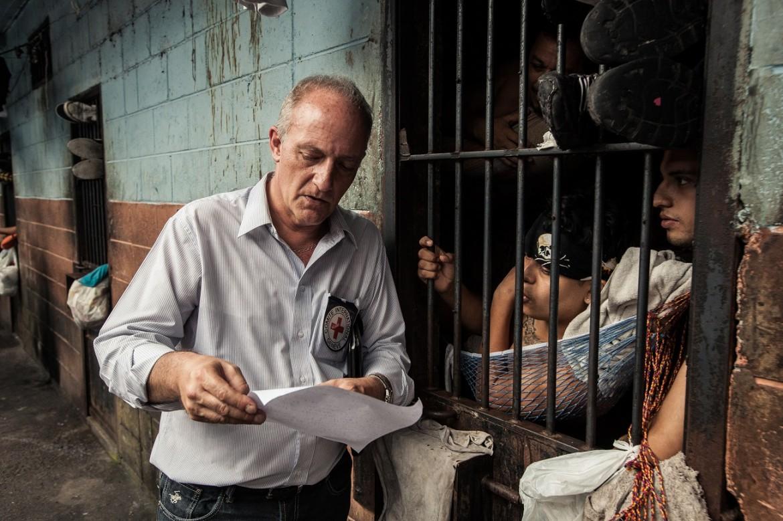 Delegado del CICR visitando a detenidos en el Centro Penal de La Esperanza – Mariona.