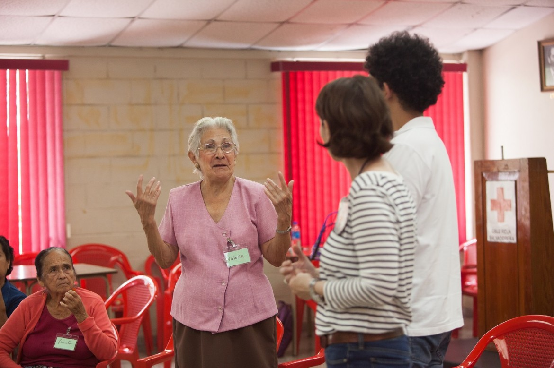 Familiares de migrantes desaparecidos durante una sesión de apoyo psicosocial organizada por el CICR en colaboración con la Cruz Roja Salvadoreña.