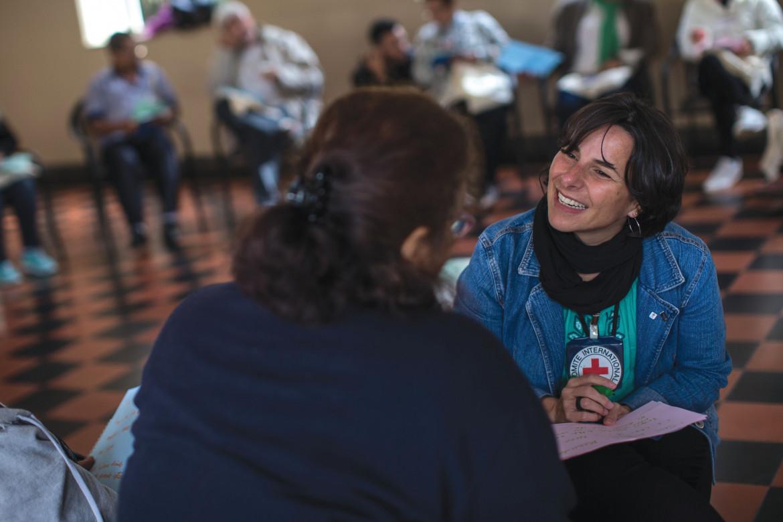 A Coordenadora Larissa Leite em atividade com um Familiar de Pessoa Desaparecida na Avaliação de Necessidades em São Paulo