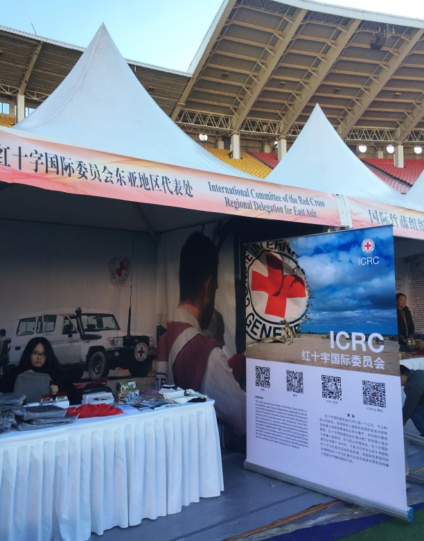 The booth of the ICRC is set up by colleagues who arrive on the spot early in the morning.