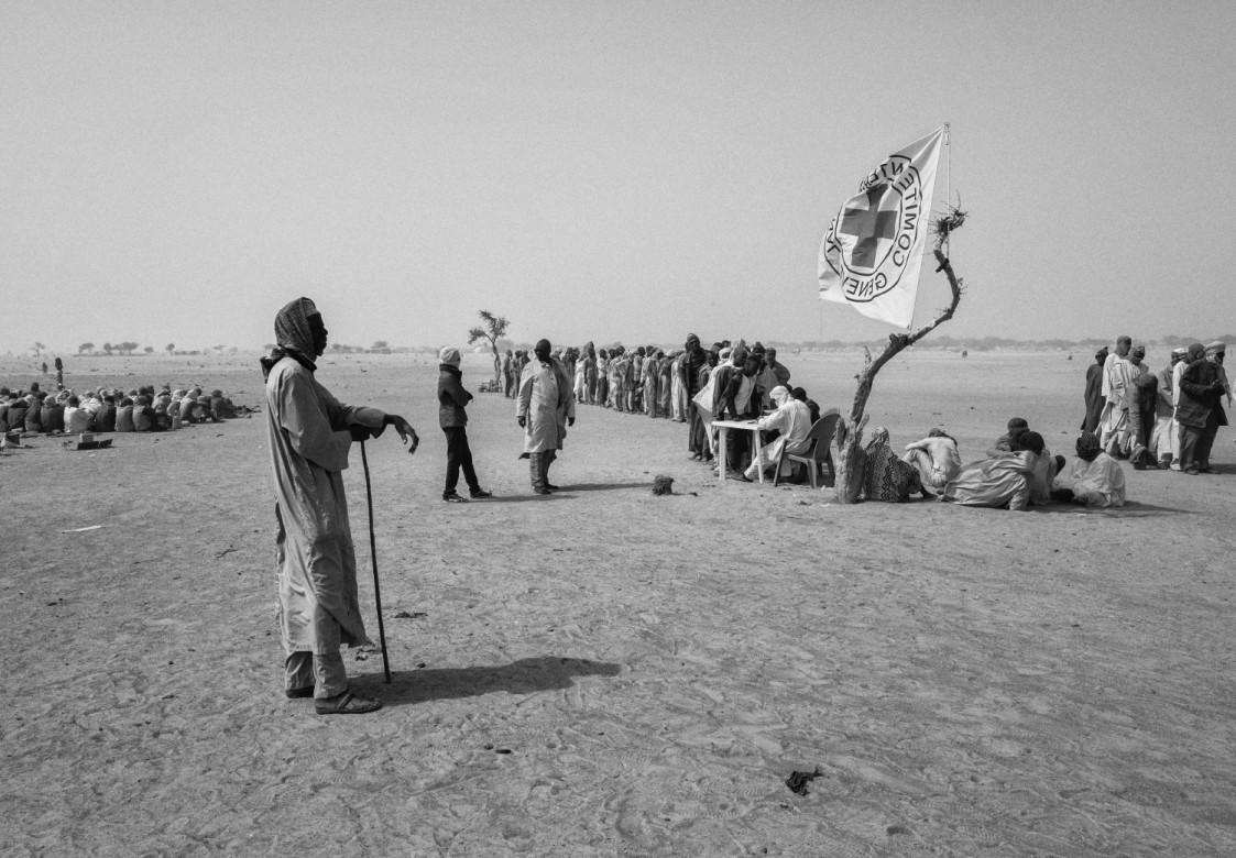 在尼日尔图穆尔等候的人群