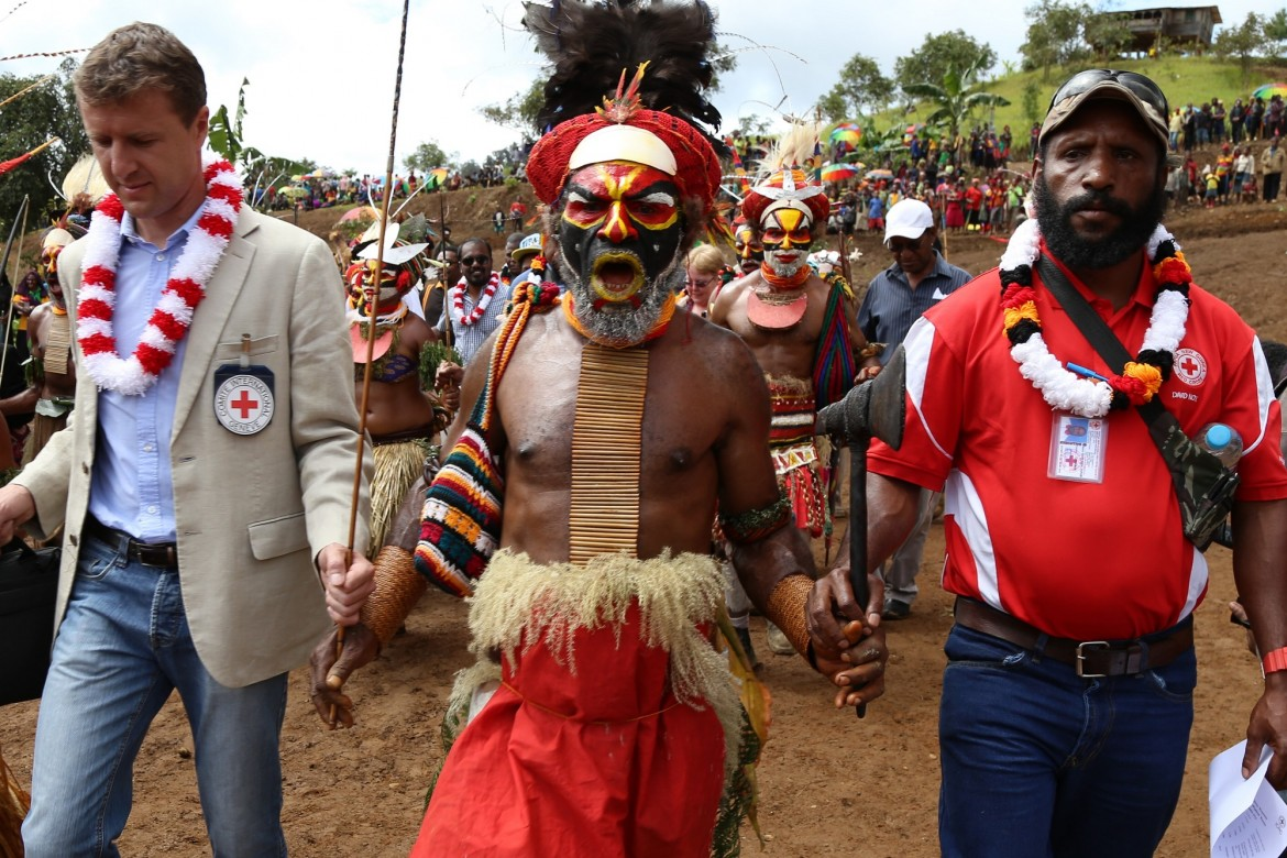 The ICRC works closely with the Papua New Guinea Red Cross Society in the Highlands. Here, ICRC Mt Hagen Acting Head of Office Thomas Rogale (left) and the Chairman of PNGRCS Western Highlands Branch David Knox are led into the village.