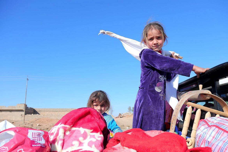 Sur la route qui part de Mossoul en direction de l'est, des hommes, des femmes et des enfants fuient la villes et les combats. Ils traversent le village kurde de Gogjali, situé sur le chemin en direction du camp de déplacés d'Al Khazar.