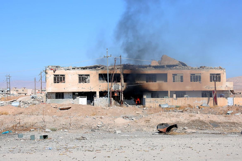Des bâtiments encore en feu à Gogjali, témoignent des combats qui ont eu lieu il y a peu de temps dans le village.