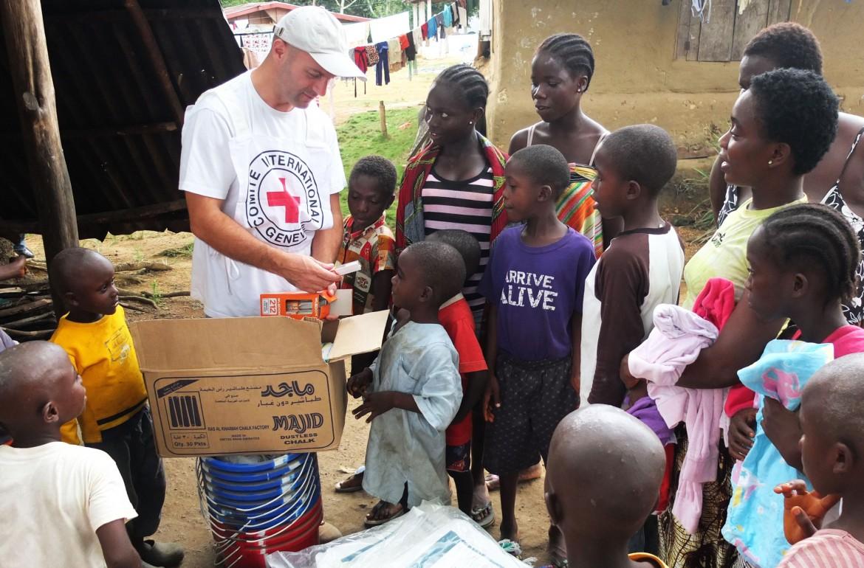 红十字国际委员会工作组在蒙罗维亚回访受益于该组织面向埃博拉幸存者的现金援助项目的孤儿。