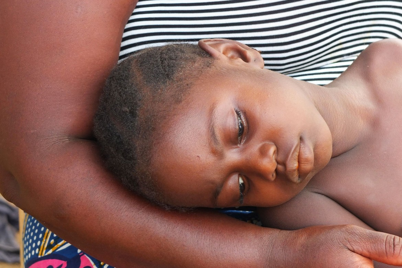 Hawa Pabai, de 6 años, es una de las sobrinas de Jenneh. Contrajo malaria el mes pasado y el CICR la derivó a MSF para que recibiera tratamiento.