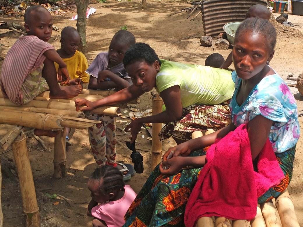 مثل والدتها وشقيقتها (17 عاما، ترتدي اللون الأزرق) نجت جنة من فيروس الإيبولا.