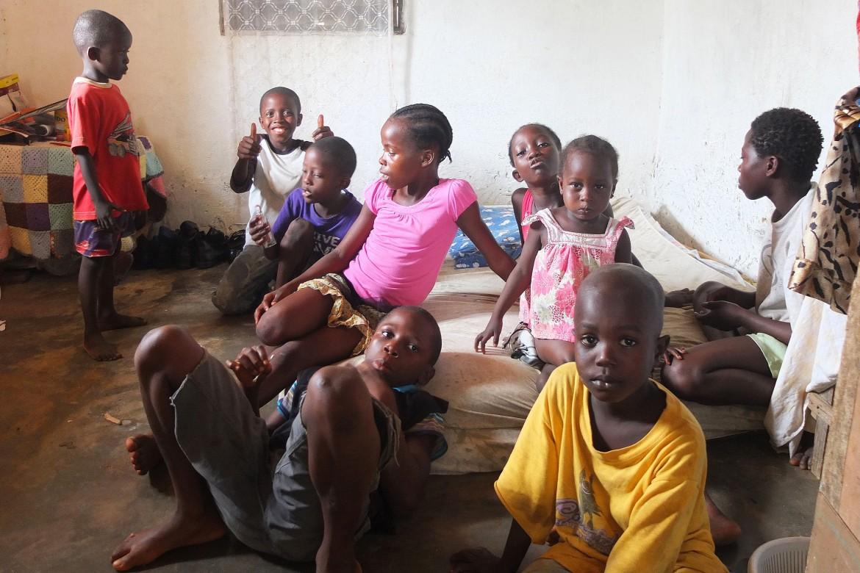El marido de Jenneh se marchó cuando ella contrajo la enfermedad. Su tío le ofreció dos habitaciones para alojar a los niños.