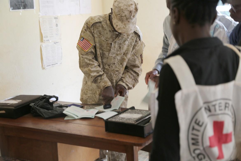 Documentos de viaje en la frontera de Loguatuo, Nimba, Liberia