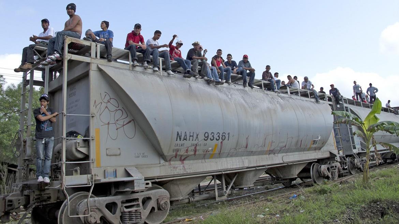 2012年2月9日,墨西哥,特诺西克,塔瓦斯科(Tabasco)。来自中美洲的移民等着火车开动。