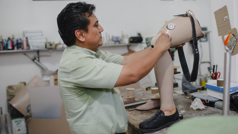 2014年9月,墨西哥,恰帕斯,塔帕丘拉(Tapachula)。每个假肢都是采用红十字国际委员会提供的材料量身定制的。