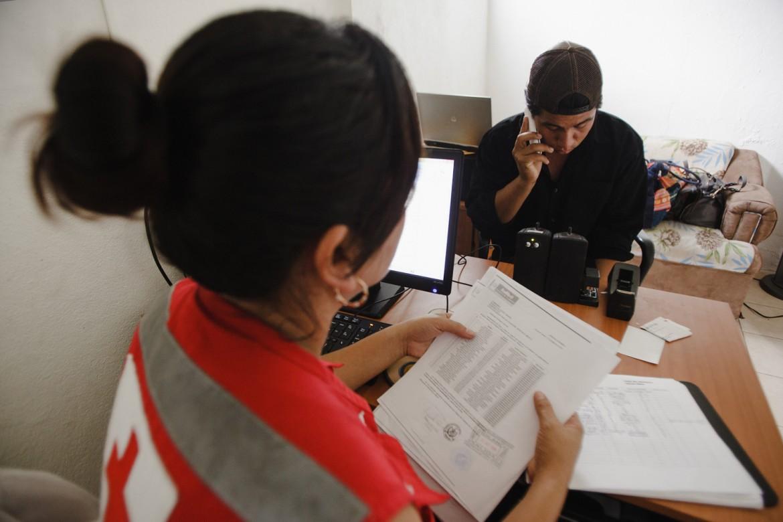 2014年9月,危地马拉,埃尔卡门(El Carmen)援助站。一名即将返乡的移民给家人拨打免费电话。