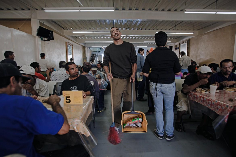 """2014年9月,墨西哥,蒂华纳。贡萨洛•德赫苏斯•普拉森西亚(Gonzalo de Jesús Placencia)是""""好牧人""""收容所的志愿者,这家位于蒂华纳的收容所得到了红十字国际委员会的支持。"""
