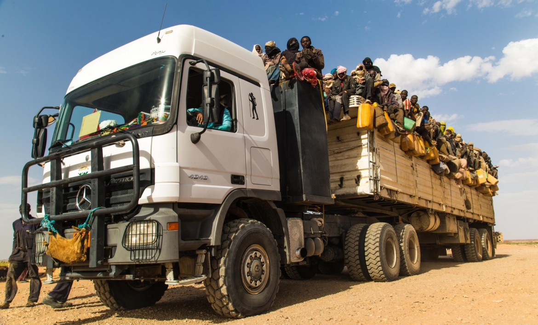 Agadez, Niger, 29 mars 2014. Entassés à l'arrière d'un camion, 300 migrants tentent la traversée.