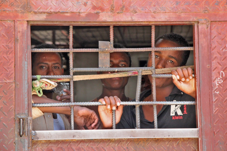 Agência de Passaportes, Sana'a, Iêmen. Migrantes esperam para serem repatriados (voluntariamente) para os seus países de origem.