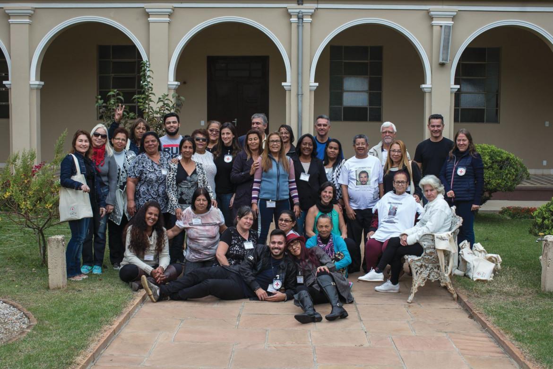 Foto em grupo de familiares de pessoa desaparecida que participaram Avaliação de Necessidades em São Paulo