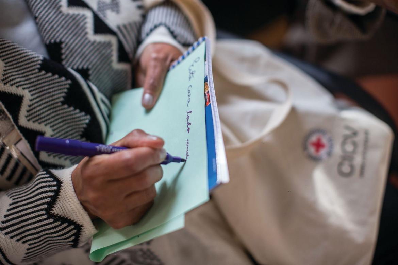 Familiar de pessoa desaparecida realiza atividade escrita na Avaliação de Necessidades em São Paulo