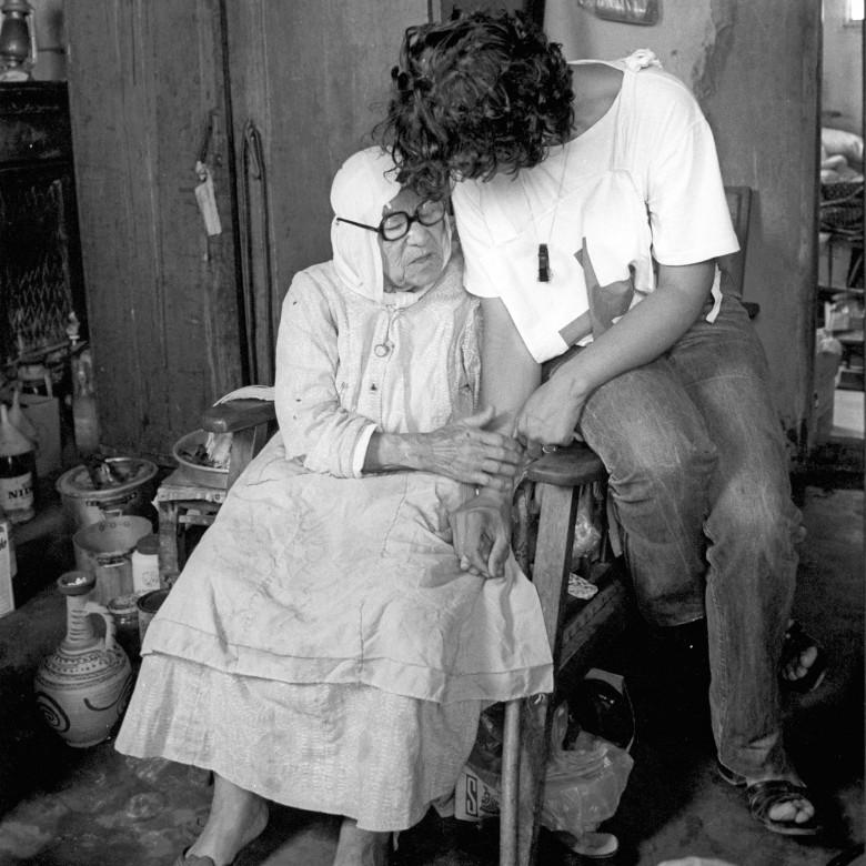 1982年。红十字国际委员会代表与贝鲁特一名102岁的受益人交谈。