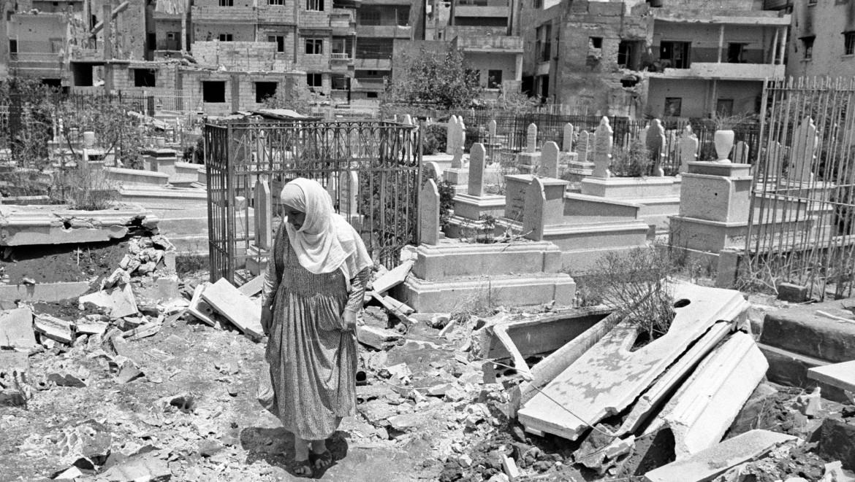 1982年。黎巴嫩贝鲁特一个遭到破坏的公墓。