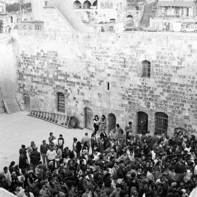 1983年。在红十字国际委员会将代尔凯迈尔(Deir el-Kamar)的平民疏散到贝鲁特之前。