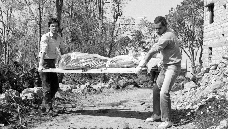 1984年。红十字国际委员会在贝鲁特移交黎巴嫩士兵的遗体。