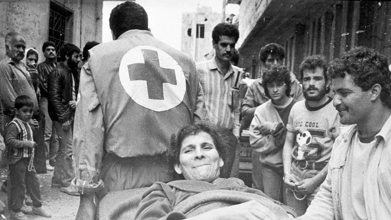 1987年。疏散贝鲁特布尔吉巴拉吉纳难民营的平民。