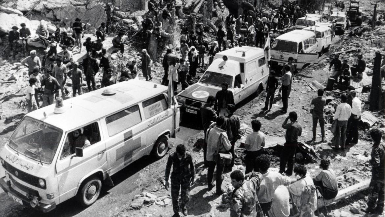 1987年。黎巴嫩红十字会和红十字国际委员会疏散贝鲁特夏蒂拉难民营的平民。