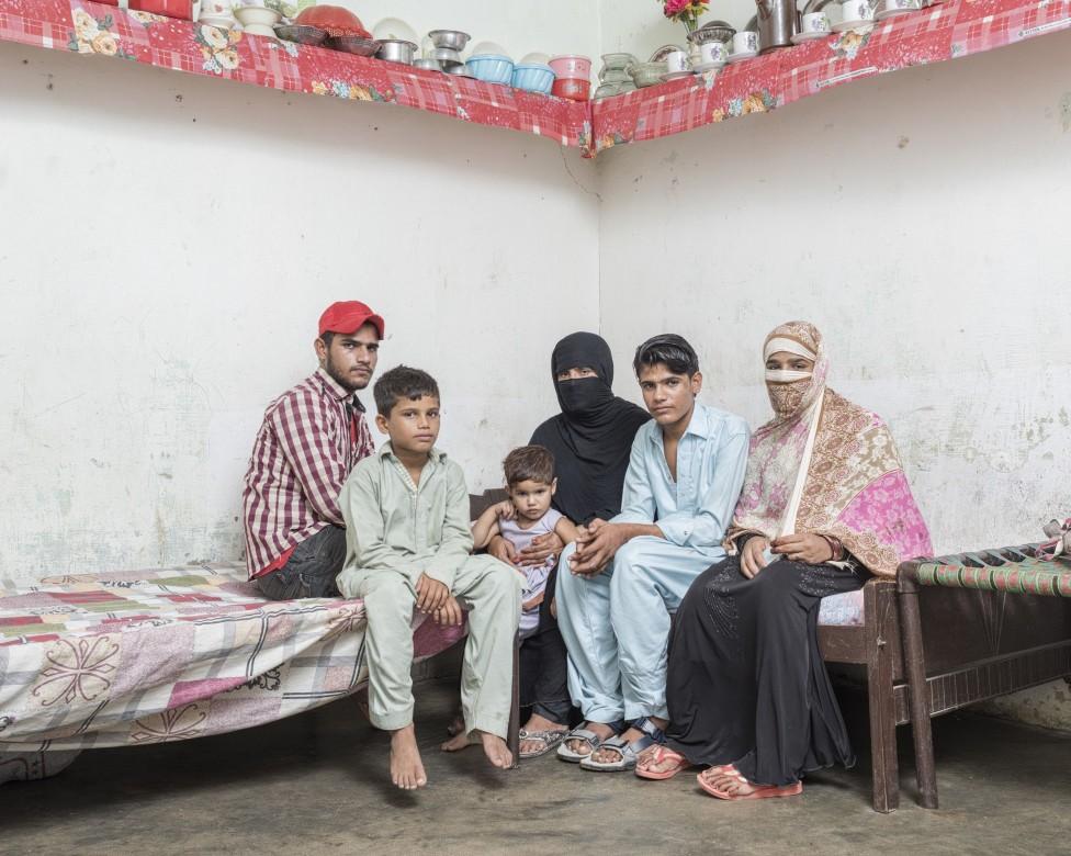 米萨尔•汉(Misal Khan)的遗孀莎齐娅•洛迪(Shazia Lodhi)(中间穿罩袍者)与她的孩子(从左到右)费萨尔、阿尔斯兰(Arslan)、马里亚姆、比拉勒和凯纳特(Kainat)
