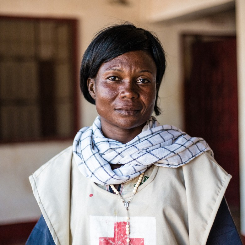 Christina sensibilise la population au maintien des conditions d'hygiène dans des conditions précaires