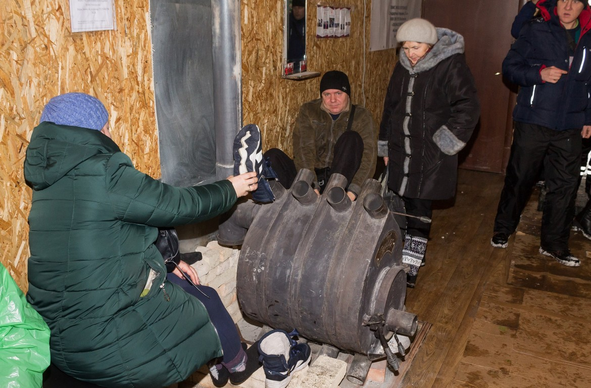 Warming up at Stanytsia Luhanska crossing point, January 2019