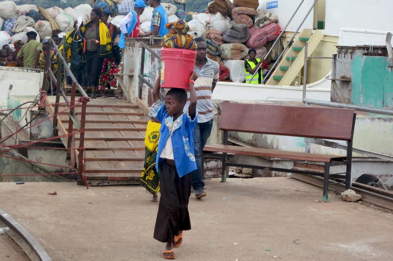 Kagunga. Profissionais da saúde a bordo cuidam de qualquer refugiado que possa precisar de tratamento durante a viagem.