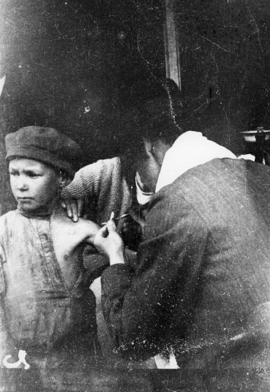 1919年,在布列斯特-立陶夫斯克(现为白俄罗斯领土),一名儿童难民接受疫苗接种。