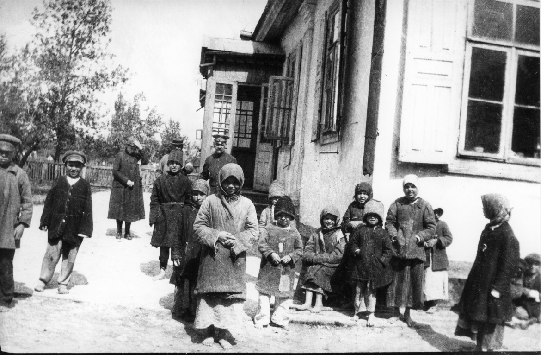 1919年,在布列斯特-立陶夫斯克(Bret-Litovsk,现为白俄罗斯领土)的一家孤儿院里,孩子们摆好姿势拍下这张照片。
