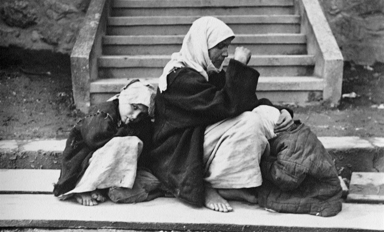 Refugiados considerando las pocas opciones disponibles en algún lugar de Europa oriental tras el fin de la Primera Guerra Mundial (1914-1918).
