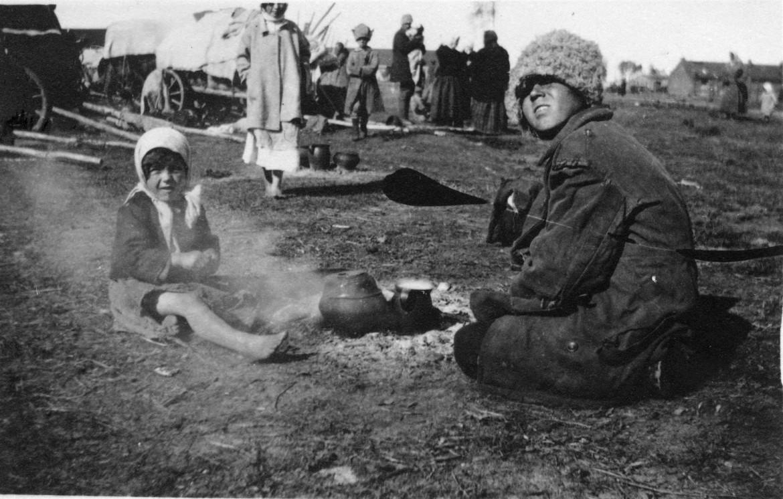在巴拉诺维奇(Baranovici,位于现在的白俄罗斯境内)的一个移民与难民营地里,孩子们在自己做饭。
