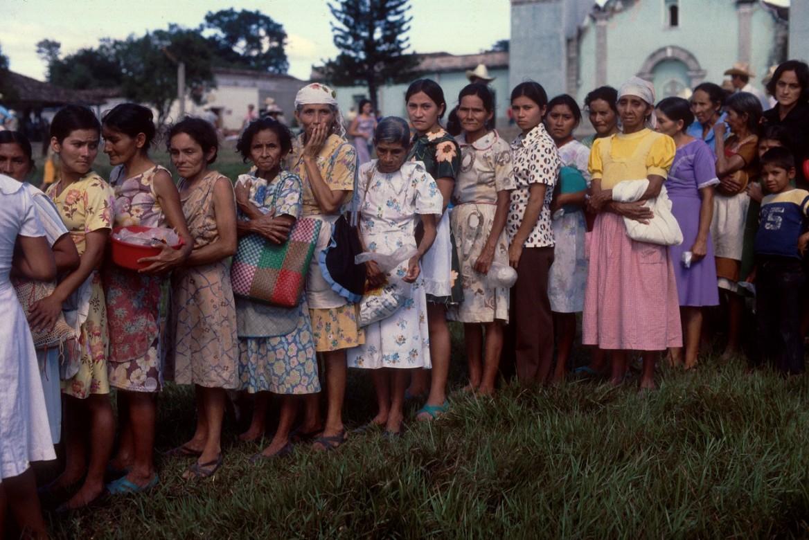 Mujeres y niños desplazados esperando una asistencia alimentaria.