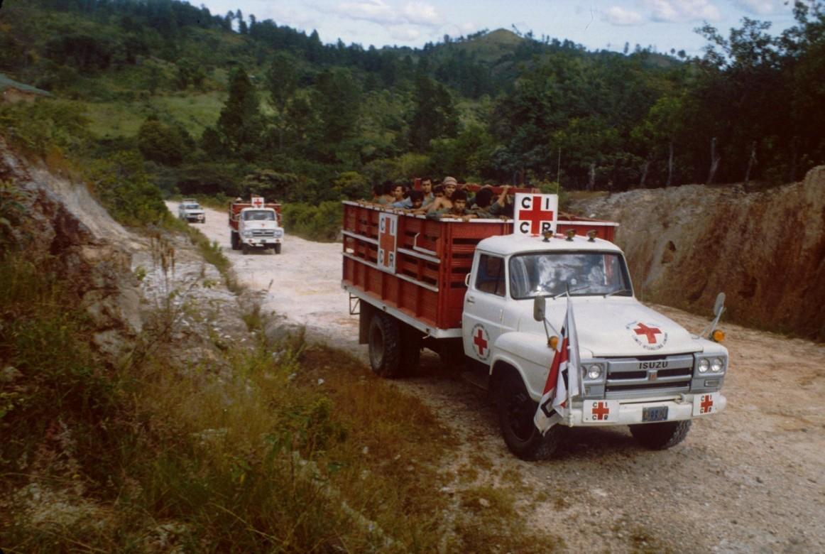 Convoy del CICR lleva a miembros de las Fuerzas Armadas liberadas por el Frente Farabundo Martí para la Liberación Nacional (FMLN) de regreso a San Francisco Gotera.