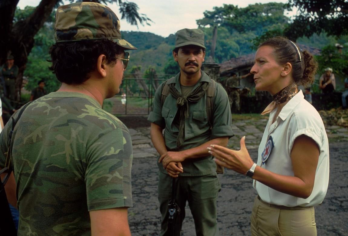 Una delegada del CICR conversa con militares salvadoreños durante el conflicto armado interno.