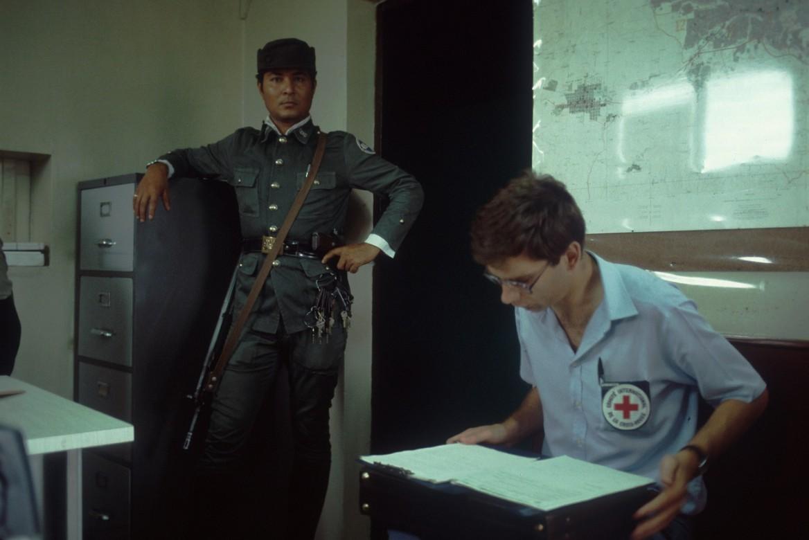 Delegado del CICR revisa el libro de registro de personas detenidas en el cuartel general de la Guardia Nacional durante el conflicto armado.