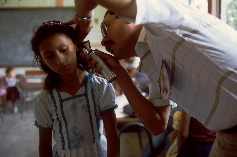 Médico del CICR brindando consulta médica a una niña desplazada.