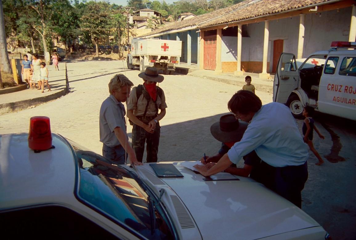 Delegados del CICR y representantes del Frente Farabundo Martí para la Liberación Nacional (FMLN) firmando el documento de entrega de 150 miembros de las Fuerzas Armadas Salvadoreñas al CICR.