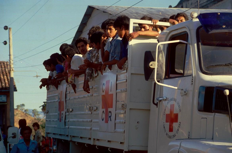 Soldados liberados por el Frente Farabundo Martí para la Liberación Nacional (FMLN) a bordo de un camión del CICR, rumbo al cuartel de la 4ª Brigada.