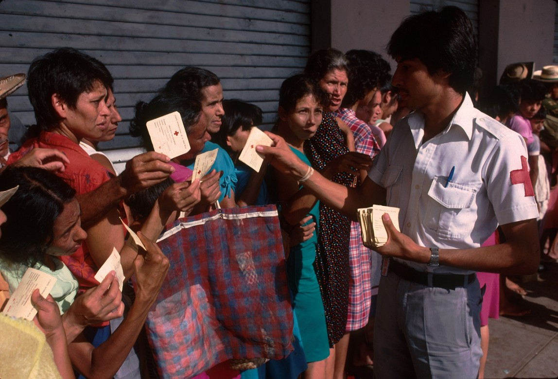 Distribución de tarjetas de control para las entregas de alimentos mensuales destinadas a la población desplazada a causa del conflicto armado.